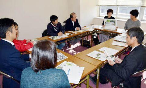 障害者たちによるウリ栽培の成果や課題を話し合う参加者