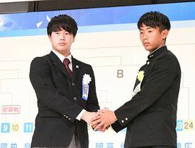 和歌山工・田中主将(右)と握手する松本国際・小川主将