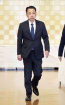 日本相撲協会の臨時理事会が行われる両国国技館内を移動する式守伊之助=13日午後、東京都墨田区