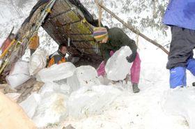 【参考写真】昨年の氷詰め作業の様子
