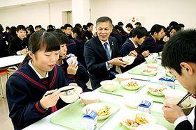 笹原町長(中央)とタラ汁を味わう生徒