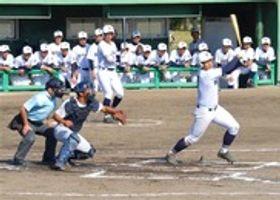 横浜高を相手に、力強い打球を放つ浜松商高の選手=湖西運動公園野球場