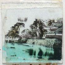 ガラス板に転写された広島城本丸の北東部の写真。手前が隅櫓、奥が裏御門で上部の櫓が確認できる