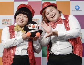 北方領土ふれあいキャラバンの記念イベントに登場した「おかずクラブ」のオカリナ(左)とゆいP=21日、東京都内
