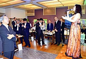 和食くろ沢信夫山店で開かれた水木ノアさん(右)のミニコンサート