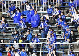 前後左右の間隔を空けた座席で観戦するサポーターたち=天童市・NDソフトスタジアム山形