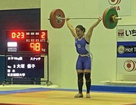 スナッチで自己ベストタイの98キロを成功させる大塚=奥州市江刺中央体育館(提供)