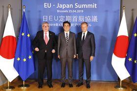 ユンケル欧州委員長(左)、EUのトゥスク大統領(右)と記念撮影する安倍首相=25日、ブリュッセル(共同)