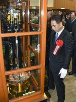 大阪市の造幣局で開かれた「製造貨幣大試験」。右は遠山清彦財務副大臣=21日