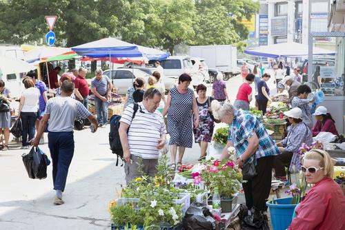 週末のユジノサハリンスクでは、新鮮な野菜や花などを売る青空市場がにぎわっていた。さまざまなルーツを持つ人々が短い夏を目いっぱい謳歌している=7月8日(後藤悠樹さん撮影