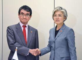 韓国の康京和外相(右)と握手する河野外相=23日、パリ(共同)