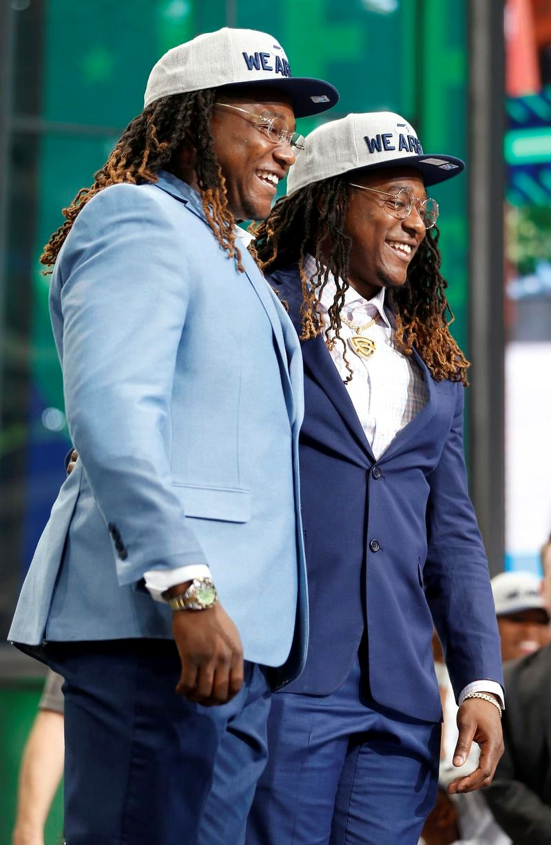 双子の兄弟のシャキール(右)と記念撮影するシャキーム・グリフィン(AP=共同)