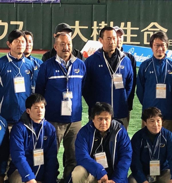 関学大の新監督に選任された大村和輝新監督(2列目の右から2人目)=1月3日・東京ドーム
