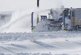 12日、新潟県三条市の大雪で出動したJR信越線の除雪車