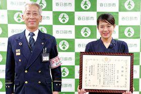 感謝状を手にする絹川さん。左は宮消防長=春日部市役所(同市提供)