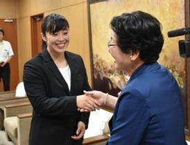 表敬訪問で大川市長(左)と握手する大塚さん