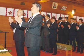 玉串をささげて祈願する安達監督(左)と山田社長(左から2人目)、選手たち=日枝神社