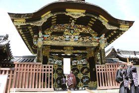 雅楽の調べとともに扉が開かれた国宝「唐門」=20日、京都市の西本願寺