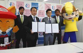 調印した花塚隆志市長(左から2人目)と橋本大輔社長(同3人目)=さくら市役所で