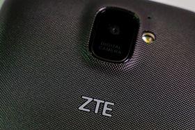 中国の通信機器大手ZTEのスマートフォン(ロイター=共同)