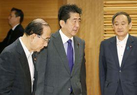 閣議に臨む安倍首相。左は原田環境相=11日午前、首相官邸