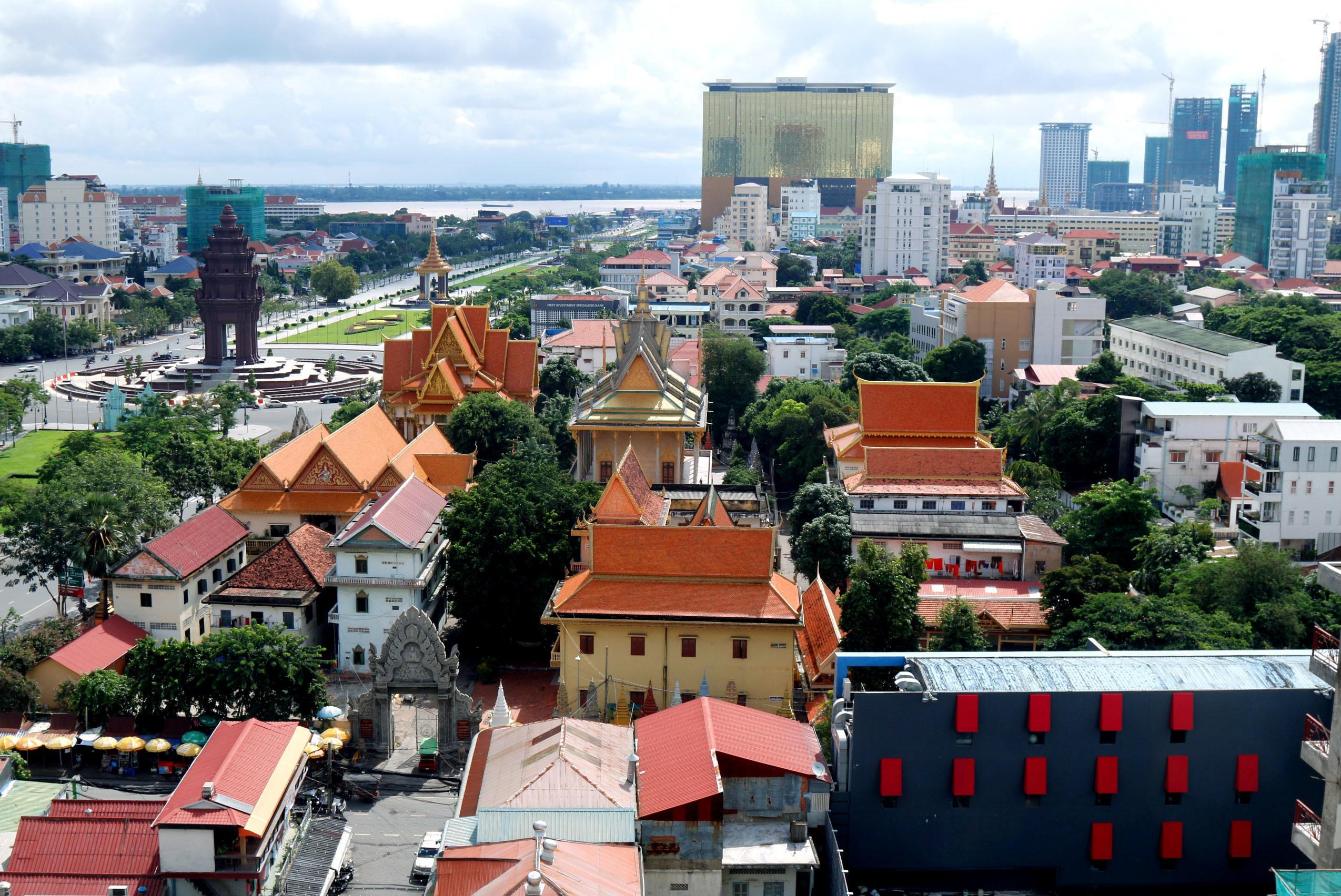 開発が進むカンボジアの首都プノンペン。この10年で高級マンションやオフィス向けのビルなどが次々と建った(撮影チャンユラ・コサル、共同)