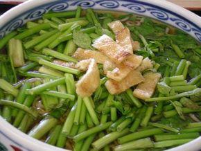 新鮮で鮮やかな緑色で覆われたセリそばの丼