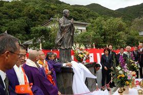 最澄の功績をたたえる銅像を除幕する関係者=長崎県新上五島町荒川郷