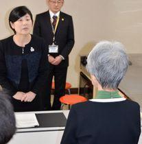俳句の掲載を拒否された女性(手前)に謝罪するさいたま市の細田真由美教育長=31日午後、さいたま市