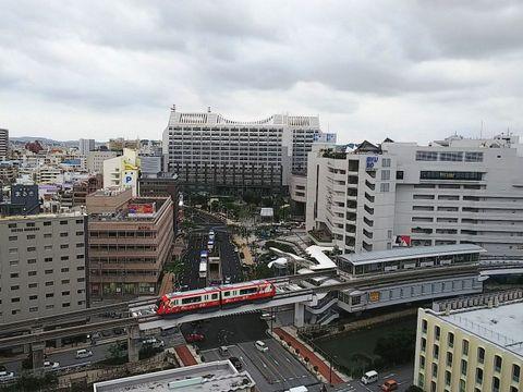 13日午後4時53分ごろの那覇市内。京急の電車が…?いえ、車体に京急のラッピングをしたゆいレールです。