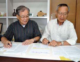 交流会に向けてメンバーと打ち合わせをする村井さん(左)