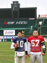 甲子園球場で調整する日大主将のDL山崎(右)とQB林