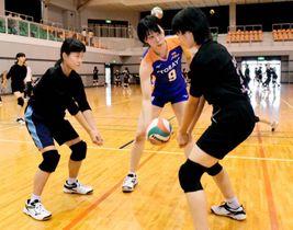中学生に丁寧に指導する中田選手(中央)