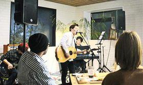 大田市中心部の商店街活性化を目指して企画した合同ライブイベントで熱唱する松下怜司さん(中央)