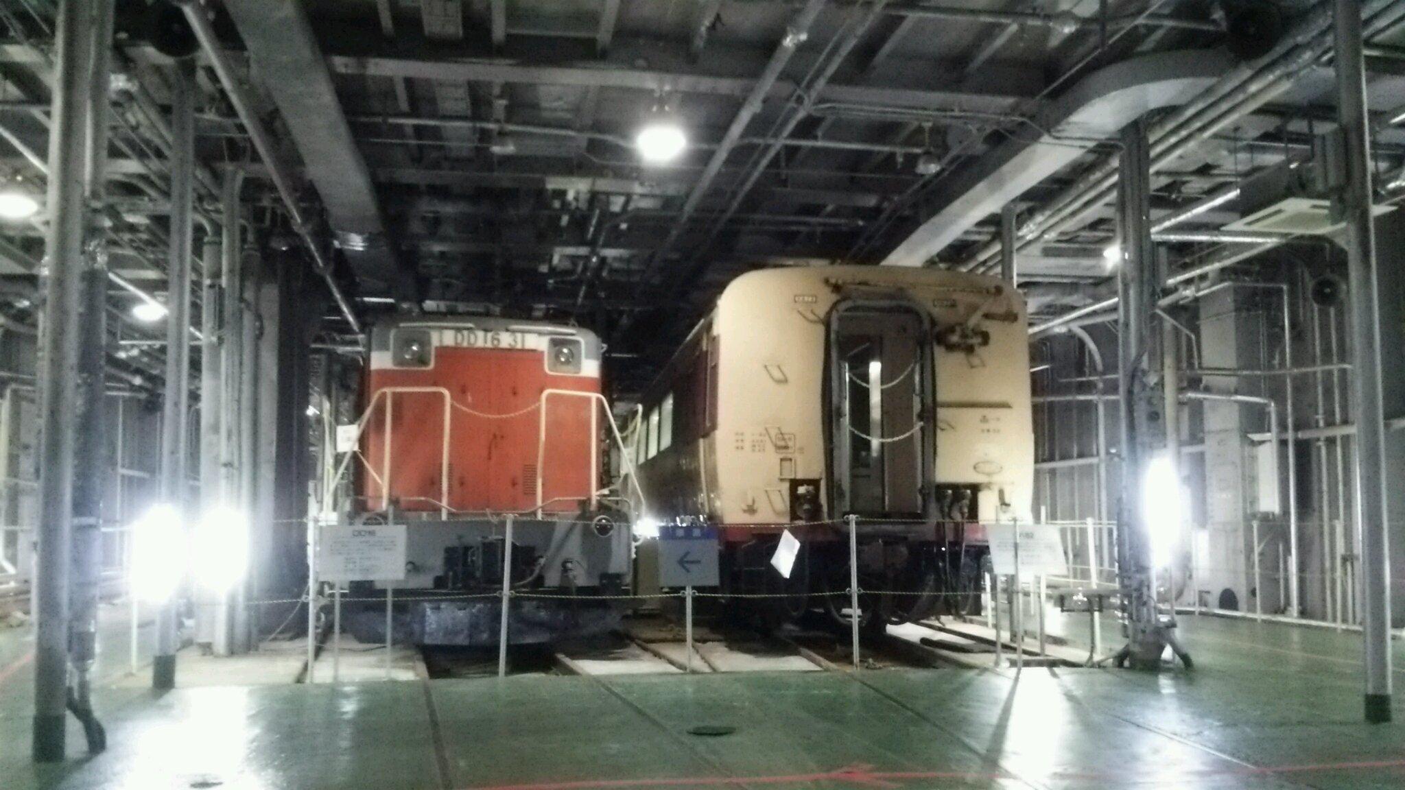 八甲田丸船内の車両甲板には鉄道車両が眠っていた