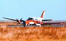 着陸後、パンクして止まる事故機=昨年2月5日、徳島空港(新居滉太朗さん提供)