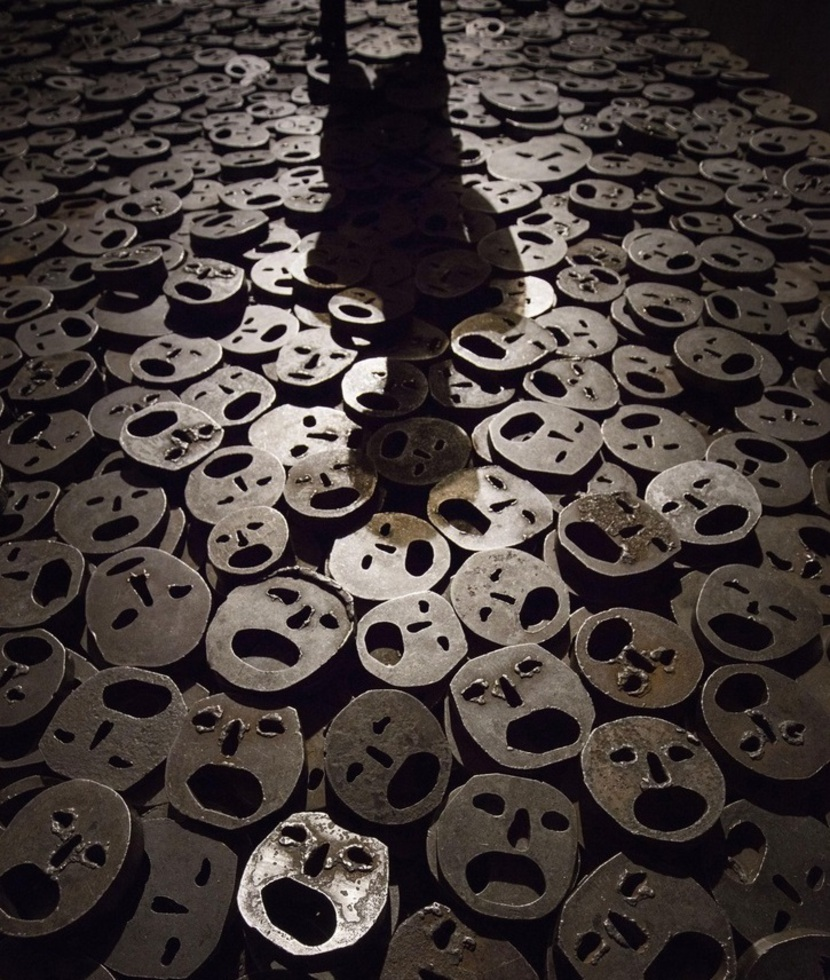 イスラエル人彫刻家、メナシェ・カディシュマンが戦争犠牲者にささげたインスタレーション「落ち葉」。敷き詰められた鉄製の「顔」は1万枚以上あり、その上を歩くと大きな音が室内に反響する=ベルリン・ユダヤ博物館(撮影Hans-Jürgen Burkard、共同)