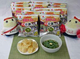 九条ねぎのおうどん味のポテトチップス(左)