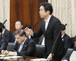 参院文教科学委で、当て逃げ事故について釈明する白須賀貴樹文科政務官。左は柴山文科相=23日午前
