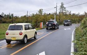 全通した志賀草津道路を通行する車=22日午前、群馬県草津町