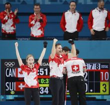 スイスを破って優勝を決め、喜ぶカナダのローズ(左)とモリス=江陵(共同)
