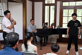 三浦さん(左)、櫻田さん(中)の指導を受けながら、発声トレーニングを行う参加者