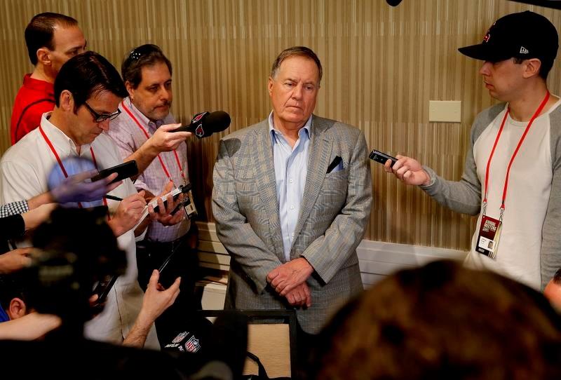 オーナー会議でのコーチ朝食会の後、メディアの質問を受けるペイトリオッツのビル・ベリチックHC(AP=共同)