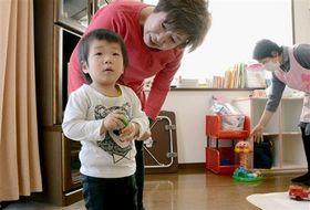 「みるく病児保育センター」で遊ぶ子ども。10連休中の3日間は開いているという=熊本市西区