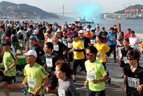 10キロマラソンの部で力走する参加者=長崎市、長崎水辺の森公園