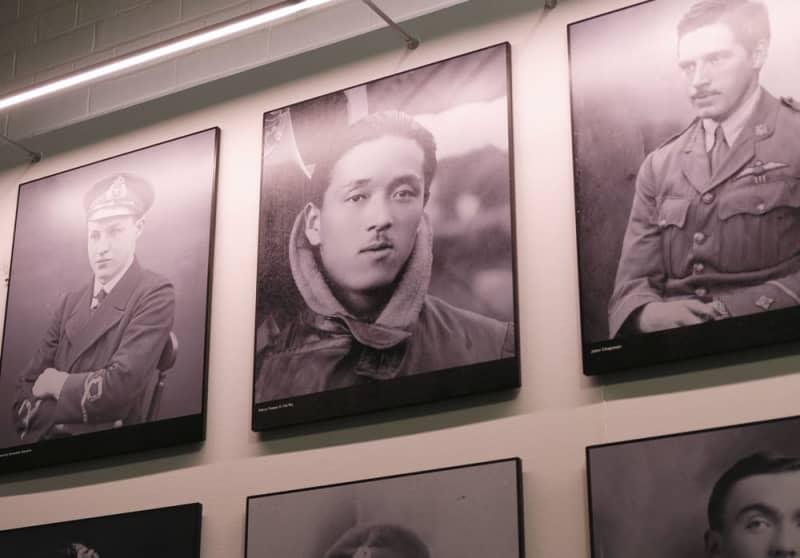 ロンドン郊外の英空軍博物館に掲げられたハリー(中央)らの肖像写真(共同)