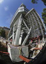4本の支柱の地中に埋まっている基礎部分(下左)が切断され、塔が一時的に地面と切り離された名古屋テレビ塔=23日午前、名古屋市(魚眼レンズ使用)