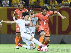 仙台―大宮 前半27分、大宮の清水(14)が相手選手に阻まれる