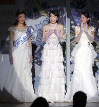 「ミス日本コンテスト2020」でグランプリに輝いた小田安珠さん(中央)=20日午後、東京都内