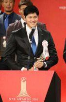 パ・リーグのMVPを受賞し、笑顔であいさつする日本ハムの大谷翔平選手=11月28日、東京都内のホテル